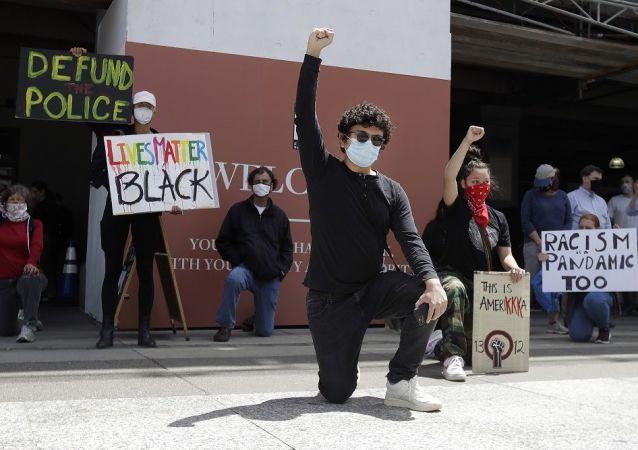示威者将旧金山公园拆毁多座名人雕像