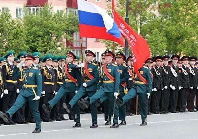 在南萨哈林斯克的主广场上举行了庆祝伟大卫国战争胜利75周年的军事阅兵式