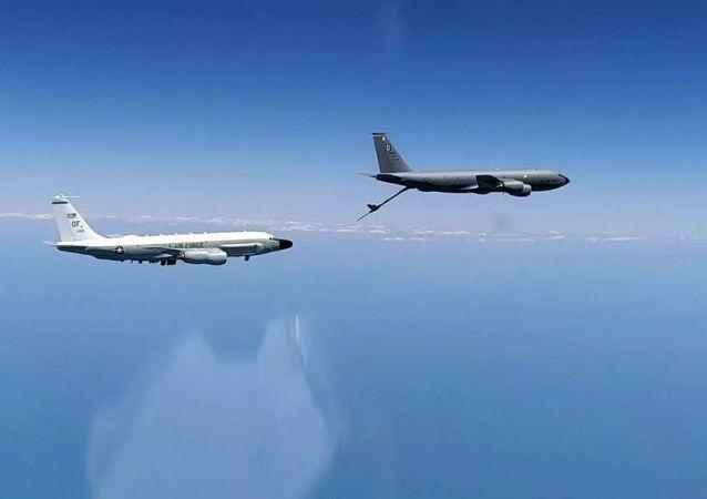 美国空军的RC-135侦察机和KC-135加油机在黑海公海海域飞行(2020年6月26日)