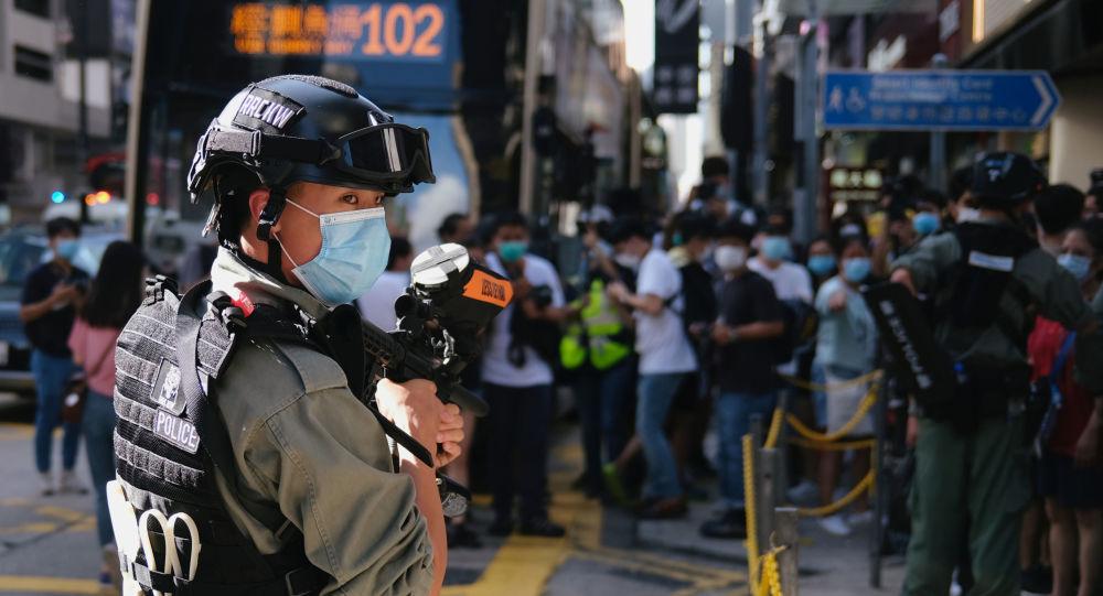"""媒体:香港一持""""港独""""旗帜男子被捕 系香港国安法生效后首例"""