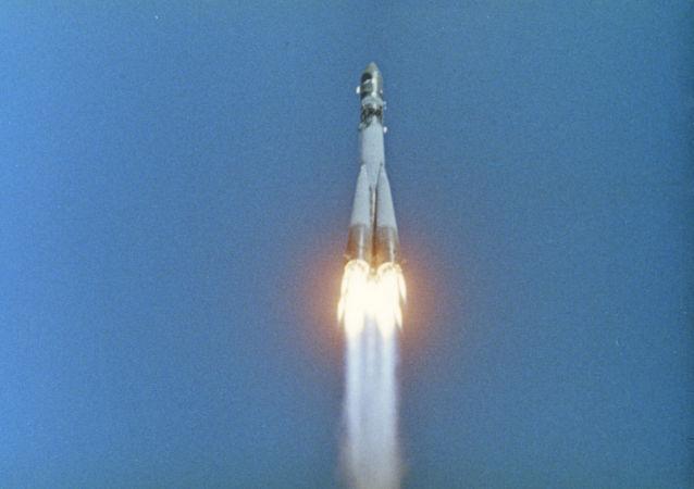 """1961年4月12日,加加林乘坐""""东方""""号飞船进行了首次载人太空飞行"""