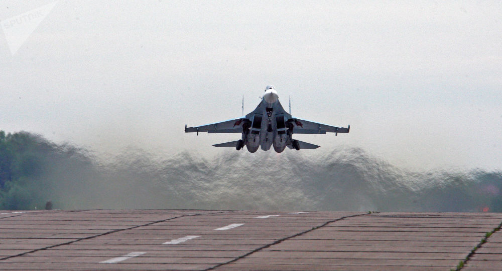 俄苏-27战机升空在黑海上空拦截美海军飞机
