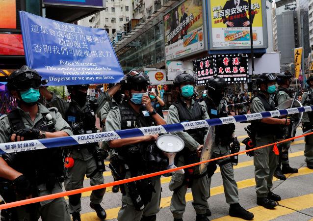 七名警察在香港抗议中受伤