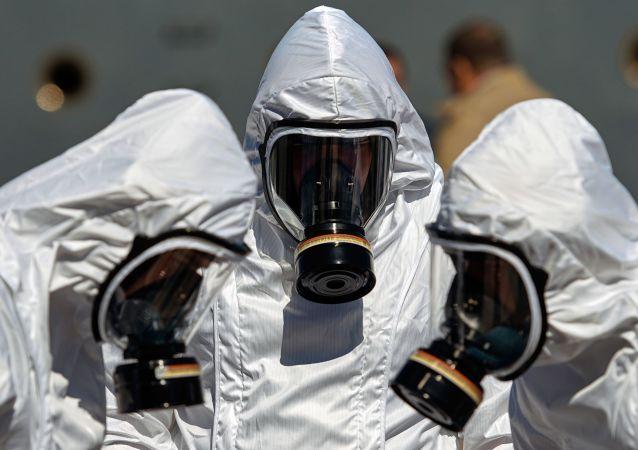俄西部军区辐射、化学和生物防护部队的军人