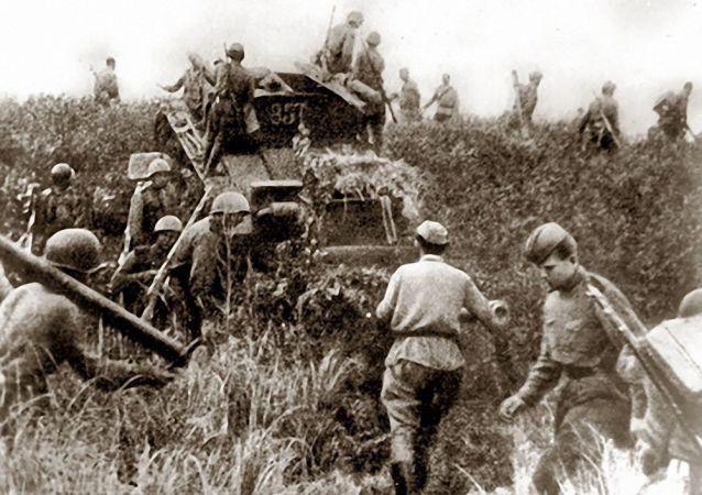 苏军步兵越过满洲边界。 1945年8月9日