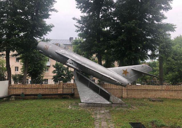 米格-17纪念碑