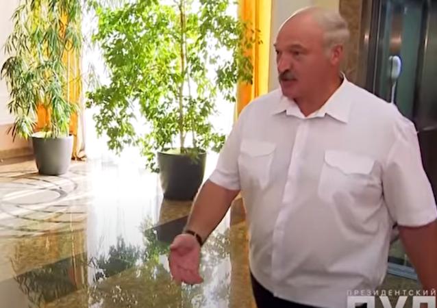 卢卡申科接受采访没穿鞋